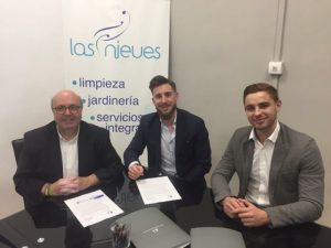 Imagen que ilustra a tres personas que firman el convenio de Las Nieves con el Festival de Música de Granada