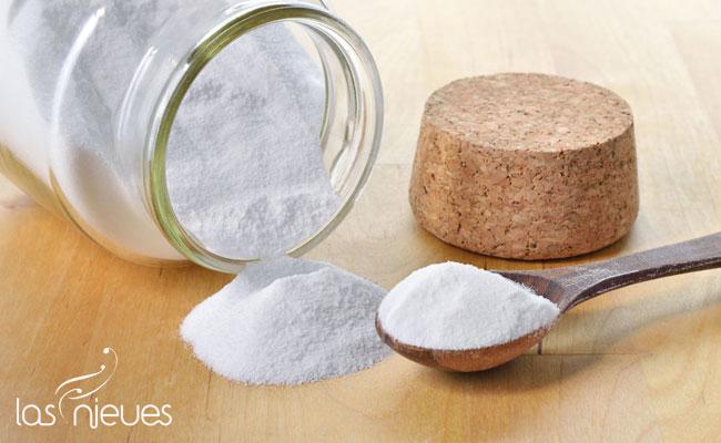 Un bote de bicarbonato con una cuchara en relación a todo lo que puedes limpiar con bicarbonato de sodio