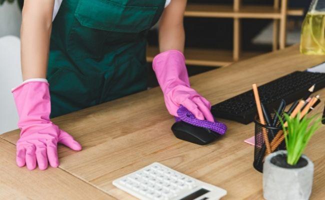 limpiadora al externalizar los servicios de limpieza en tu empresa
