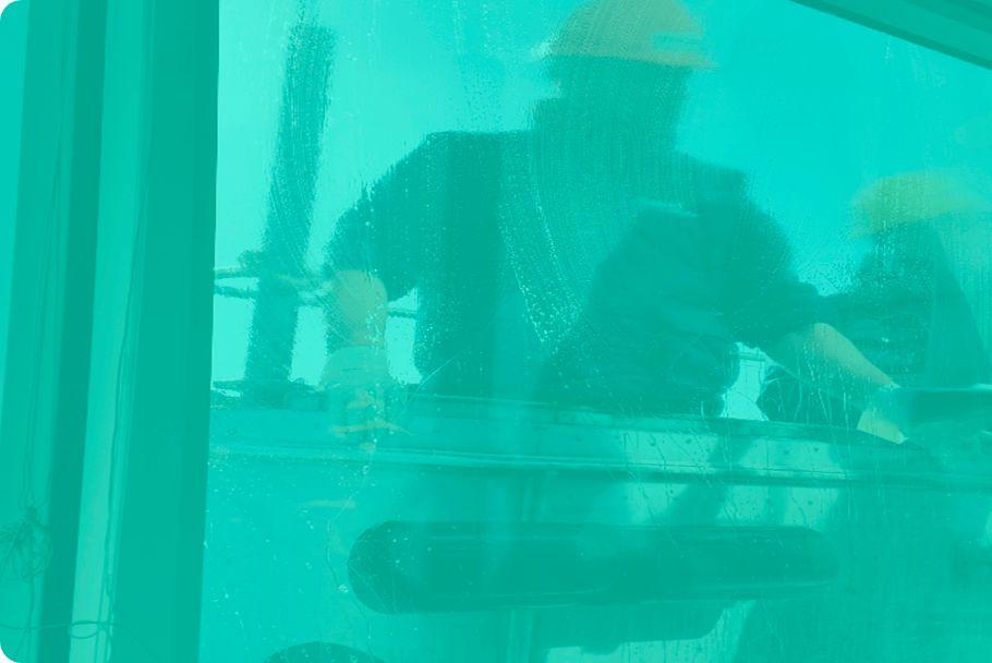 Hombres haciendo el servicio de limpieza de cristales de oficina