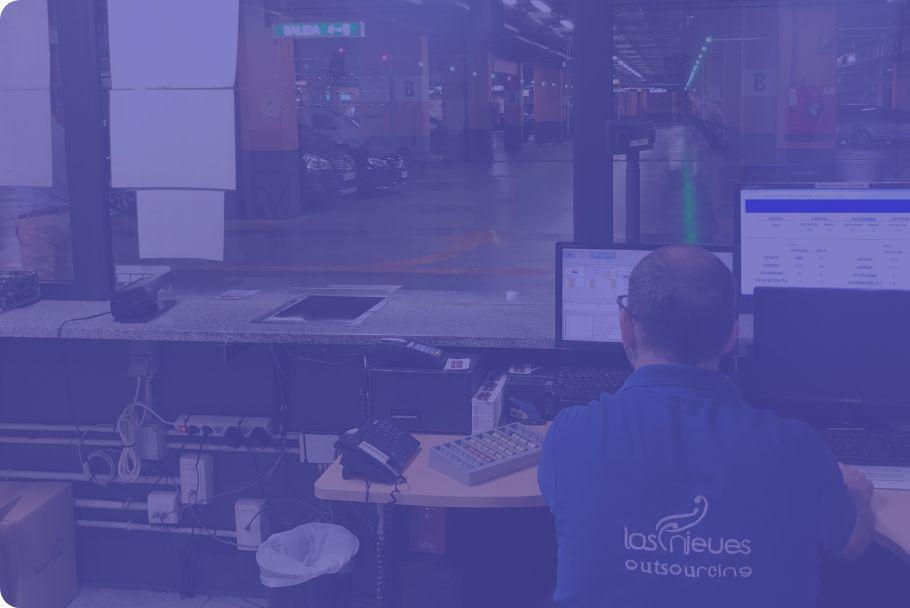 Hombre controlando accesos