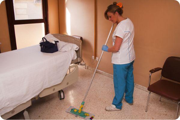 Mujer prestando servicio de limpieza a hoteles
