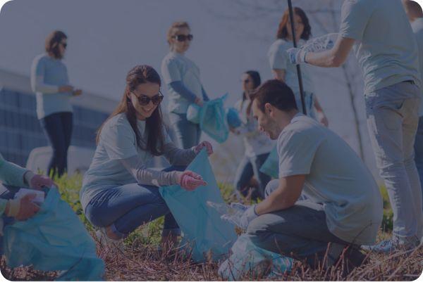 Personas recogiendo basura en el campo. Las Nieves comprometida con el medio ambiente