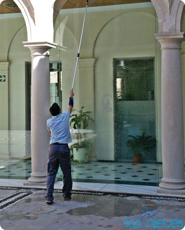 Imagen que muestra a un hombre limpiando un cristal, haciendo referencia a la nueva plataforma elevadora de Las Nieves