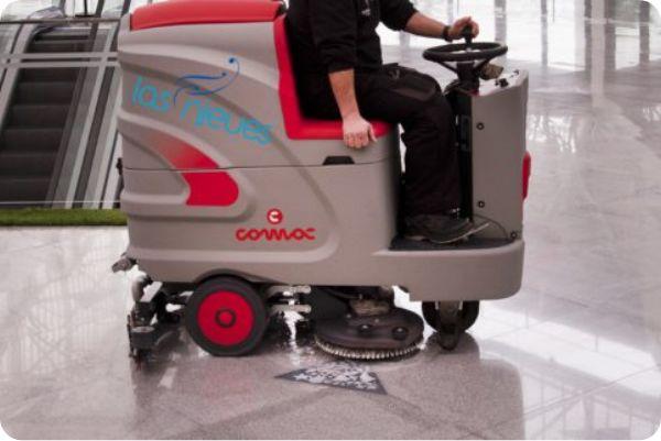 Limpieza de suelos con máquina en el Serrallo Plaza